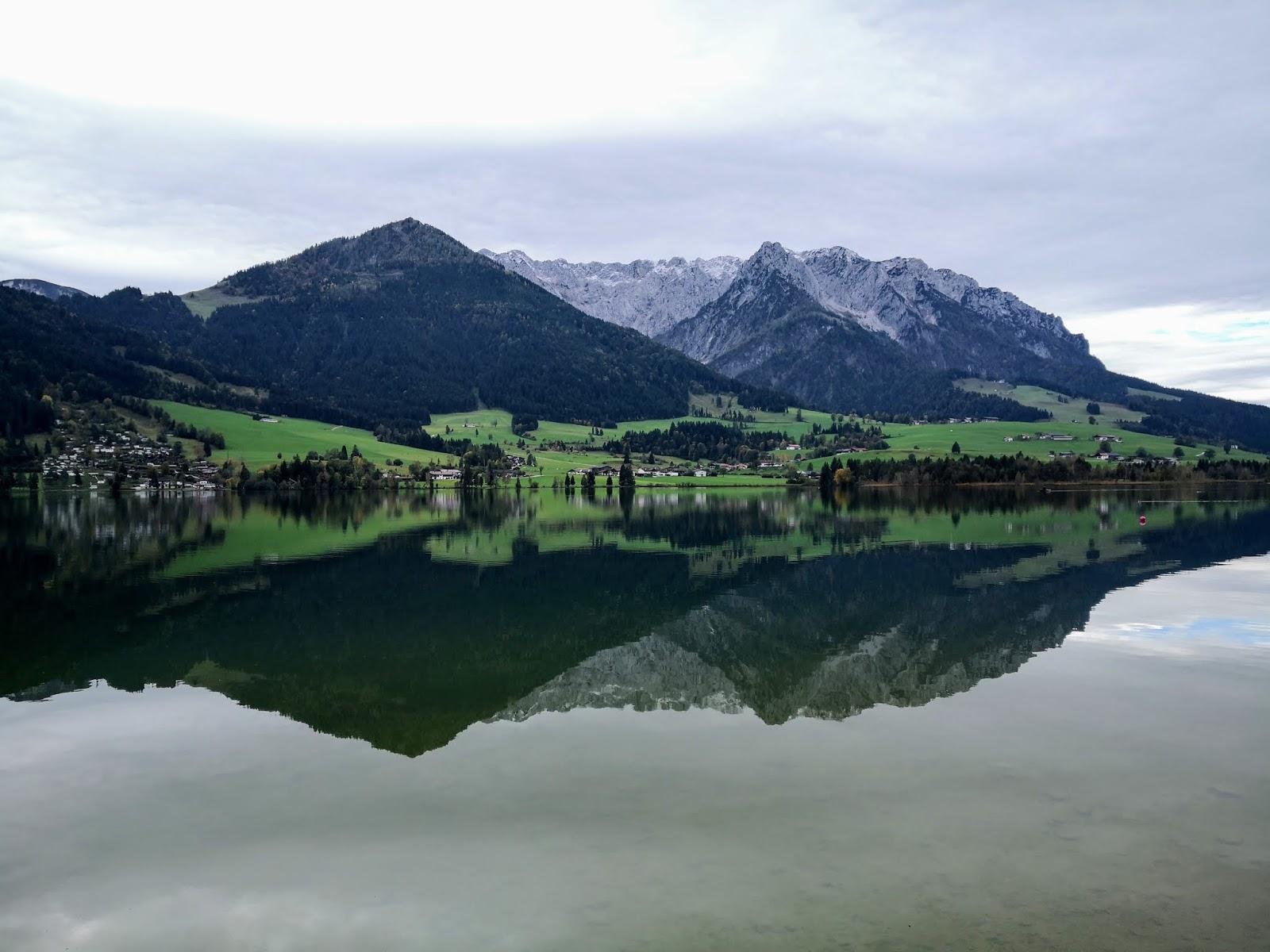 Still liegt der Walchsee im Tiroler Kössen vor dem erhabenen Kaisergebierge