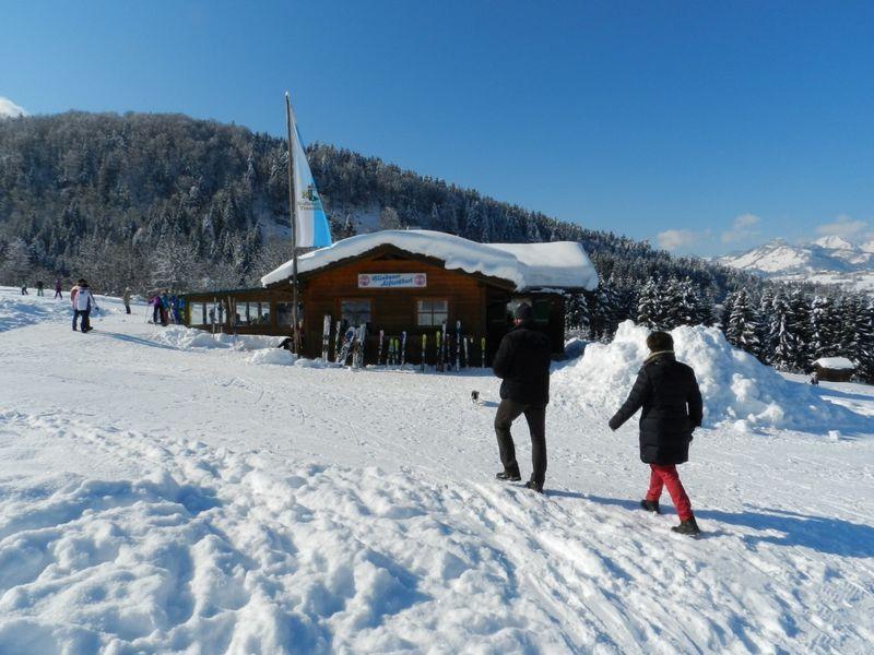 Liftstüberl bei den Benzeck-Liften in winterlich verschneiter Landschaft