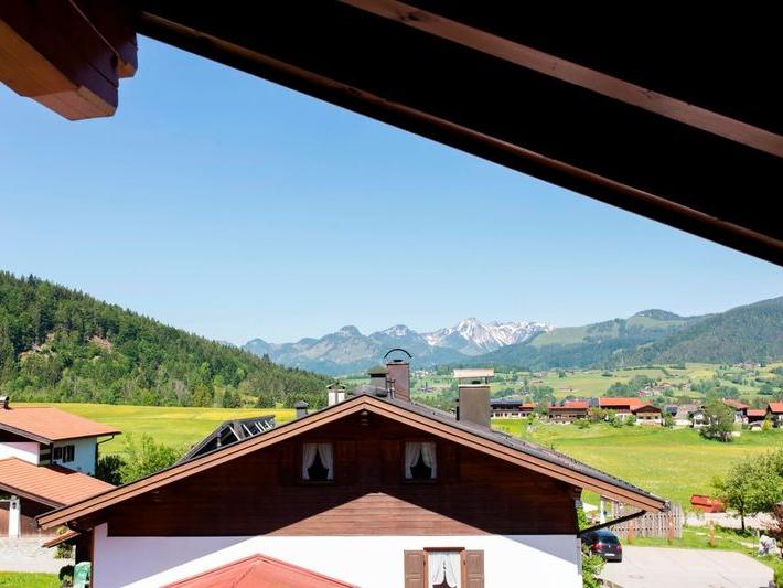 Blick vom Balkon der Ferienwohnung Kaiserblick in Richtung Tirol