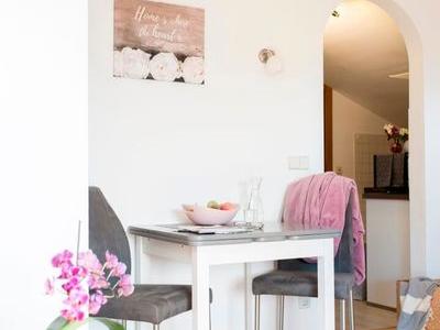 Ferienwohnung Kaiserblick Esstisch und Blick in die Küche