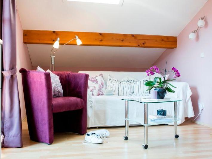 Ferienwohnung Kaiserblick Wohnbereich mit Couch, Sessel und Tisch