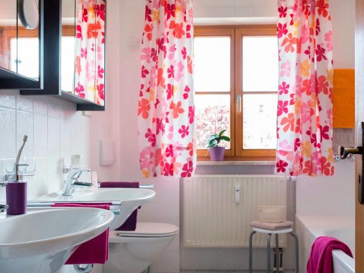 Einblick ins Badezimmer, hier die beiden Waschbecken mit Blick zum Fenster und den schönen frischen Gardienen
