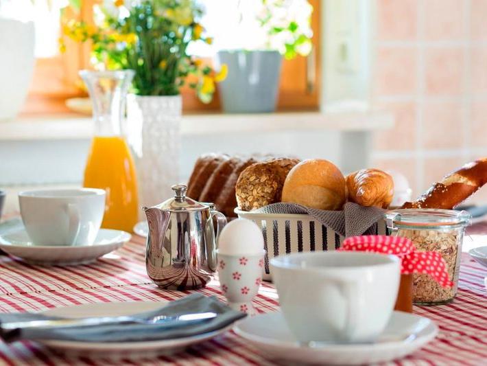 Schön angerichteter Frühstückstisch