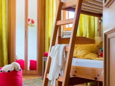 Blick ins Kinderzimmer mit Eckschrank und Doppelbett