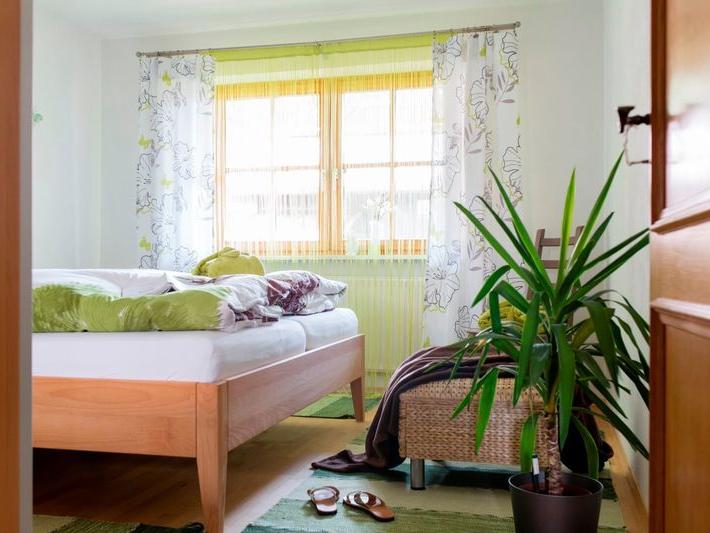 Blick in eines der zwei Eltern-Schlafzimmer mit Doppelbett
