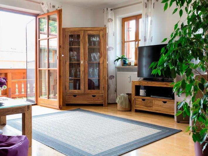 Wohnzimmer mit Glasschrank und Fernseher, sehr grosszügig