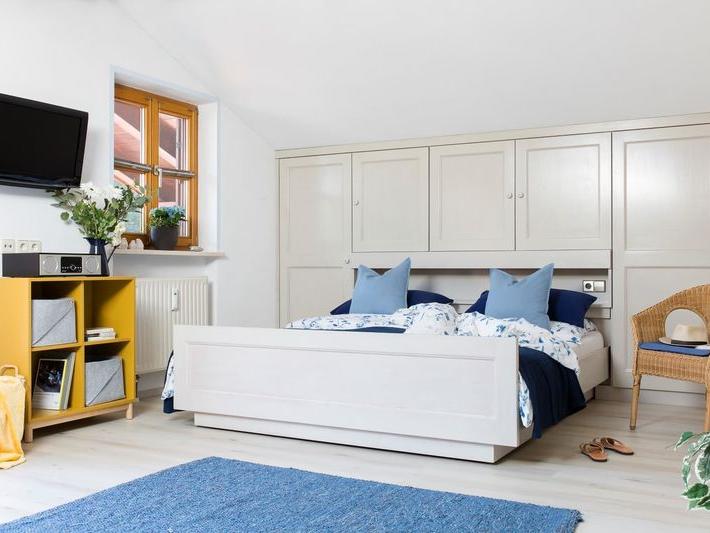 Blick durch das Doppelbett des Schlafzimmers der Ferienwohnung Waldidyll