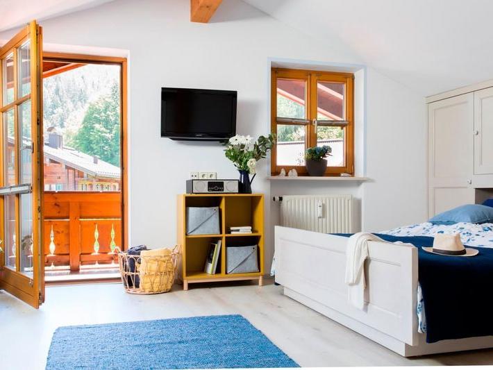 Blick durch das Schlafzimmer der Ferienwohnung Waldidyll über den Balkon nach draussen