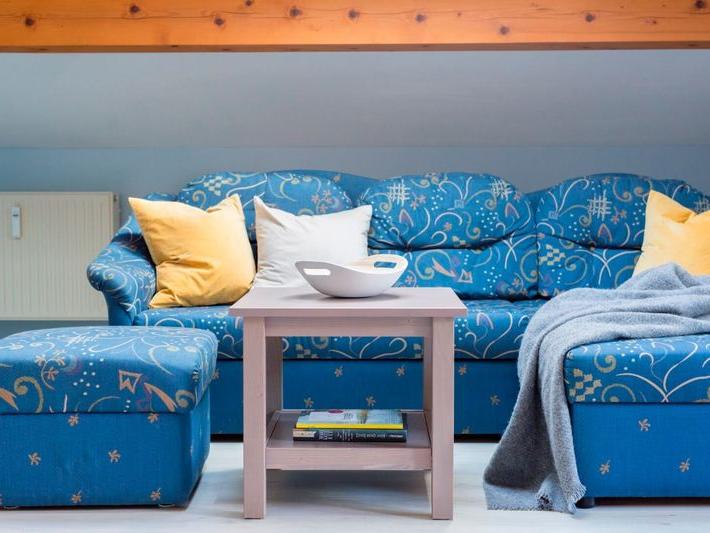 Blick auf die Sitzecke mit Tisch der Ferienwohnung Waldidyll
